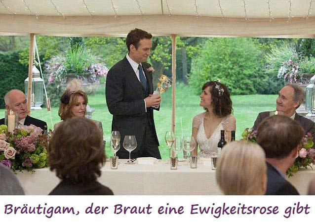 Bräutigam, der Braut eine Ewigkeitsrose gibt