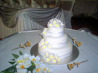 Gold Eternity Roses on Cake Table