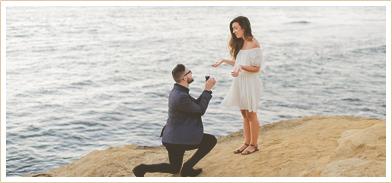 Mann macht seinem Partner einen Heiratsantrag